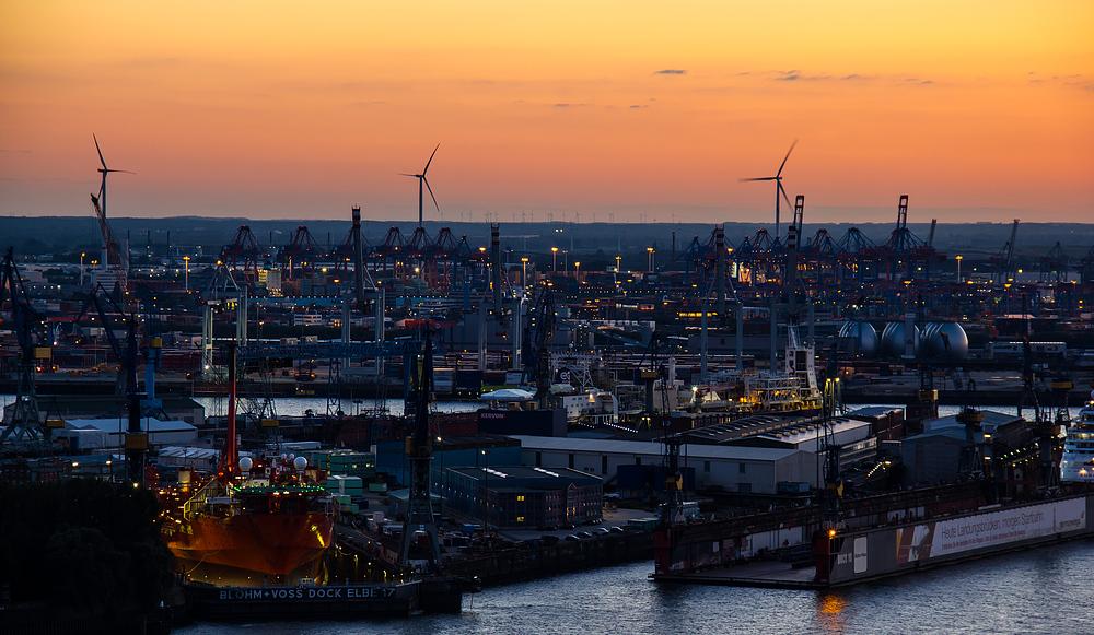 Werft im Hamburger Hafen am Abend