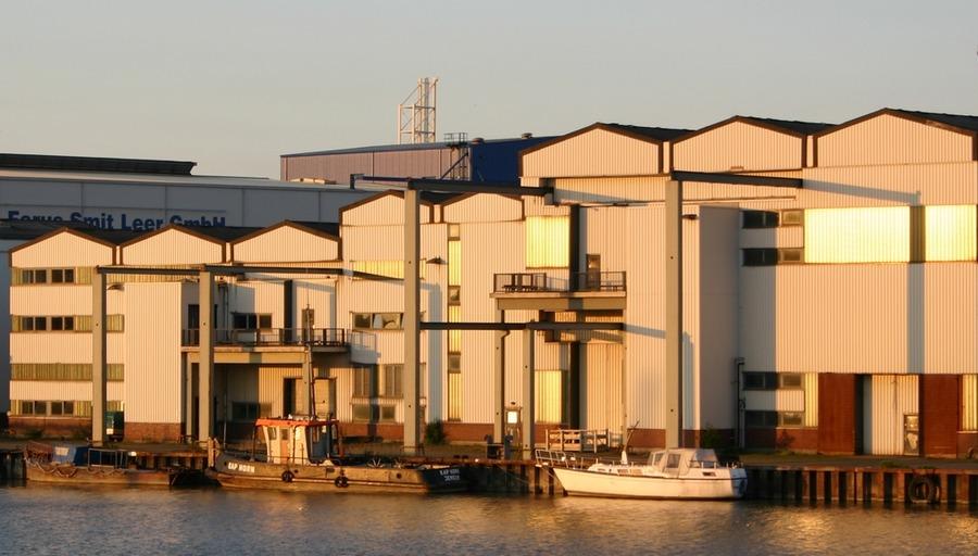 Werfthallen in der Dämmerung