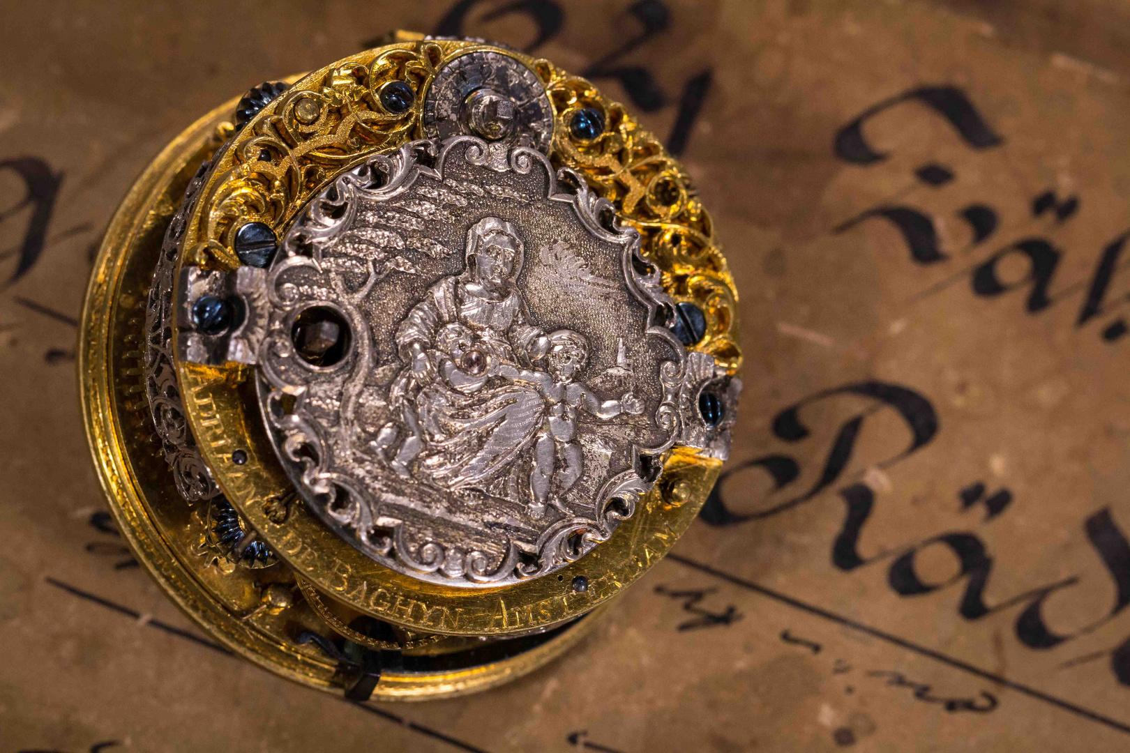 Werk einer antiken Taschenuhr mit religiösem Motiv auf dem Kloben