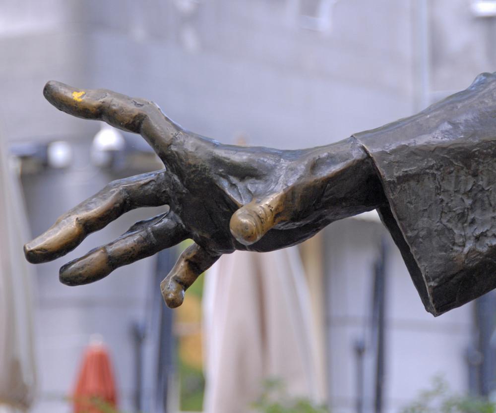 Wessen (Denkmal-)Hand ist das?