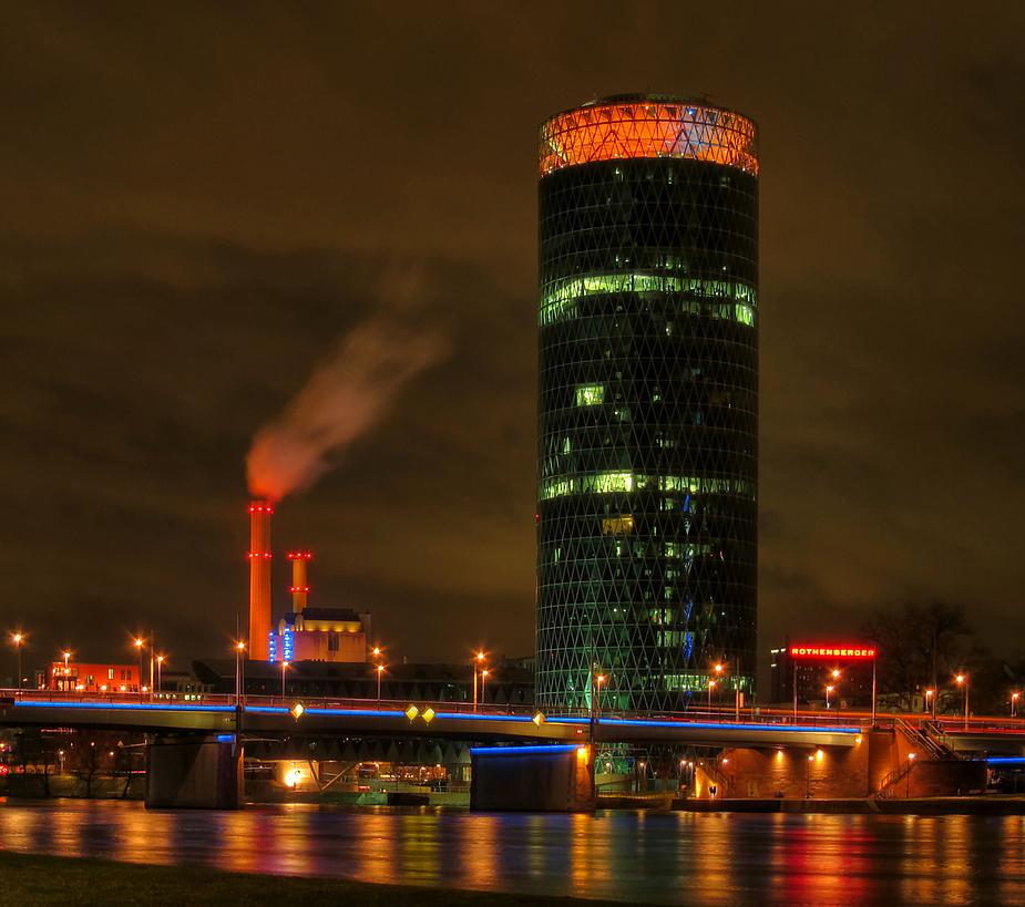 Westhafentower in Frankfurt am Abend