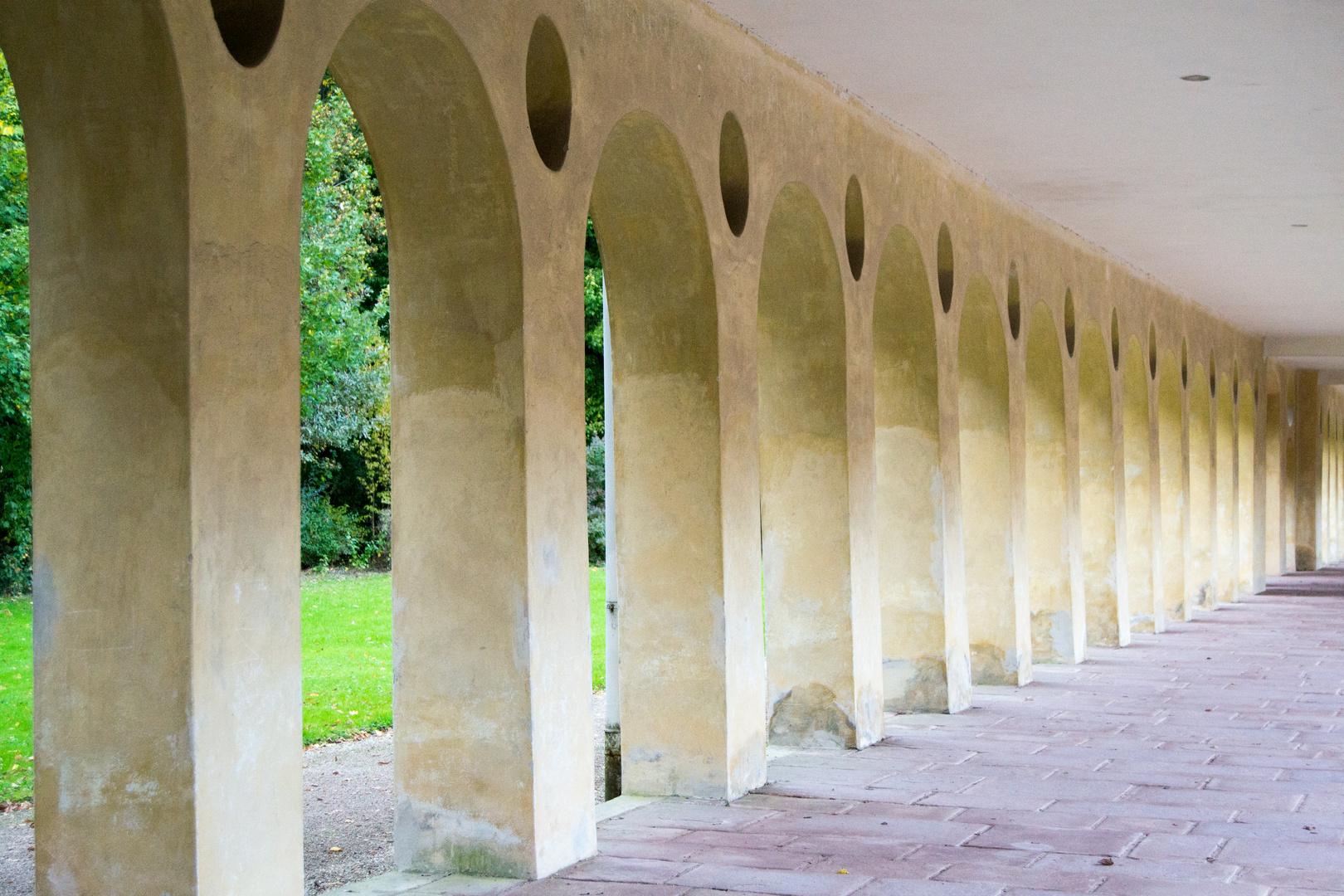 Westliche Kolonnade bzw. Orangerie des Schlosses Favorite.