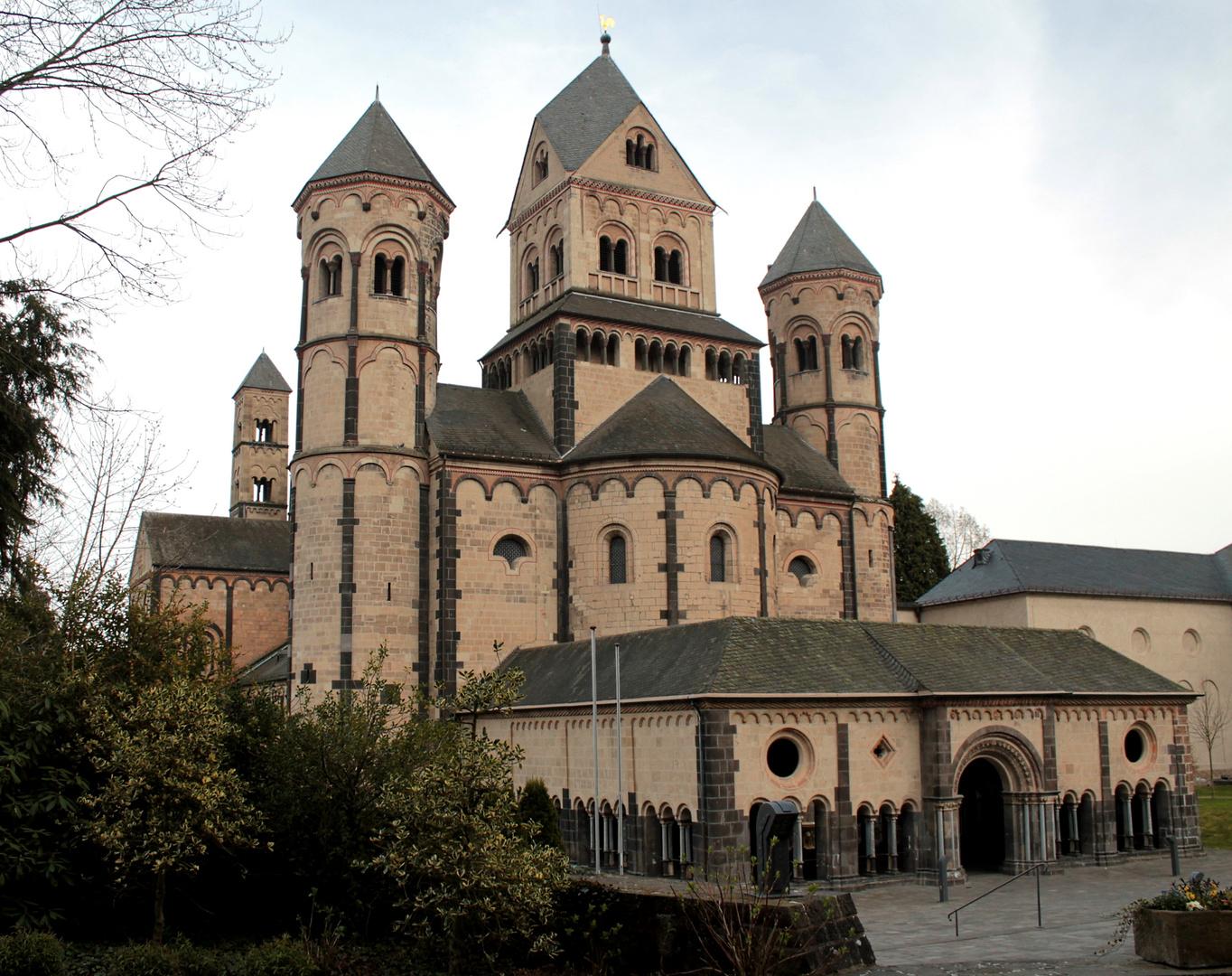 Westseite der Abteikirche der Benediktinerabtei Maria Laach
