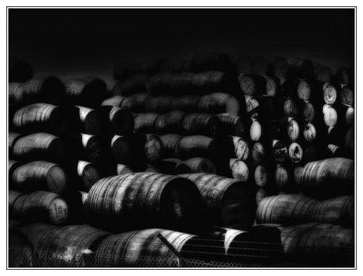 Whiskyfässer in Wartestellung