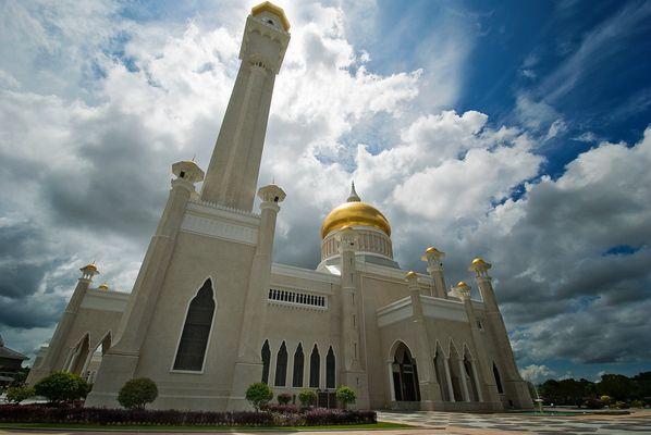 ...wie die Omar-Ali-Saifuddin-Moschee in Brunei in den Himmel ragt...