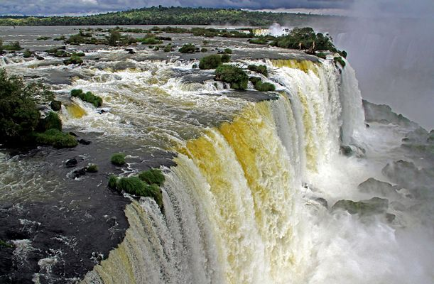 Wie ein Fluss im Wasserfall endet.