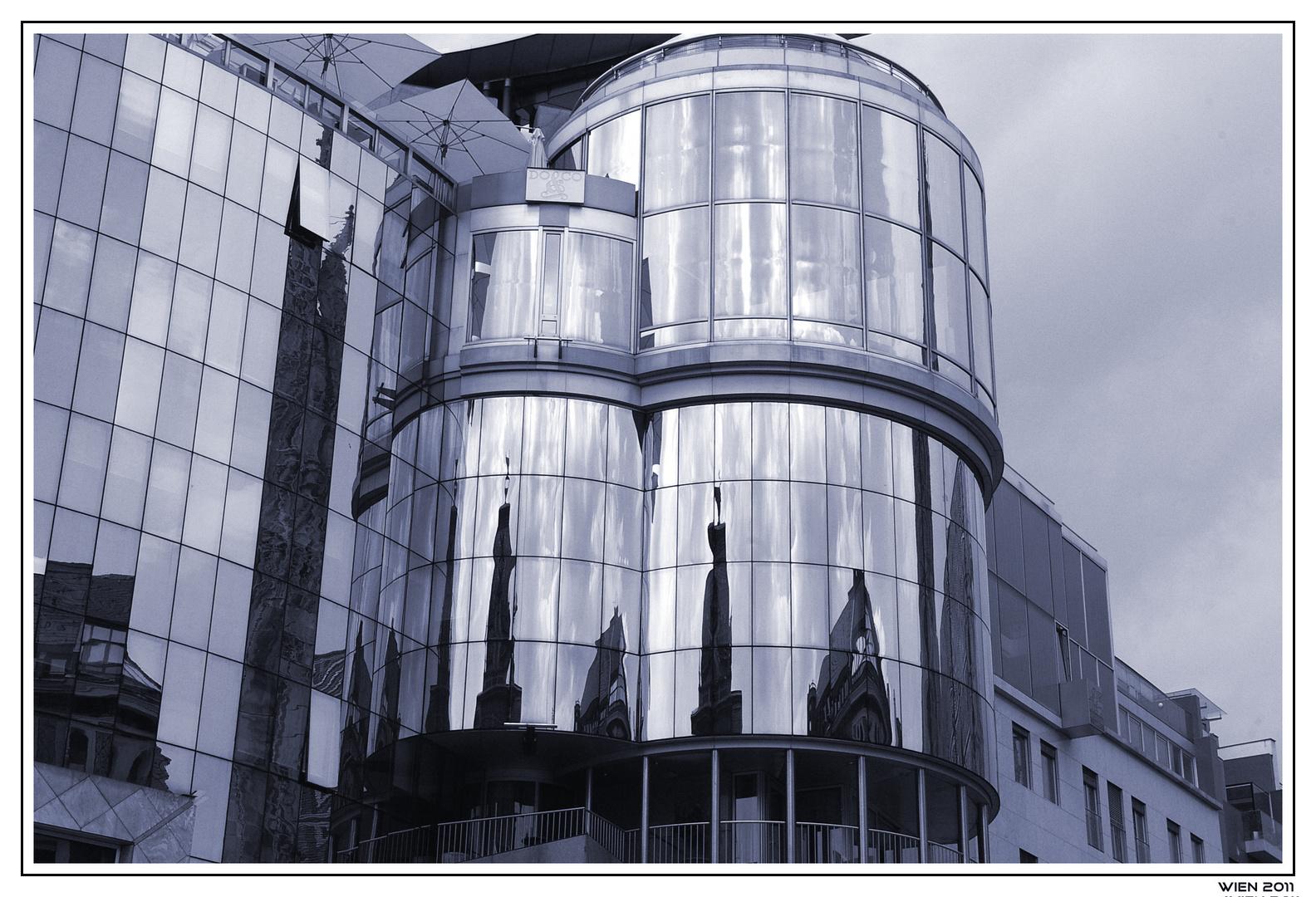Wien, es spieglt sich der Stephansdom
