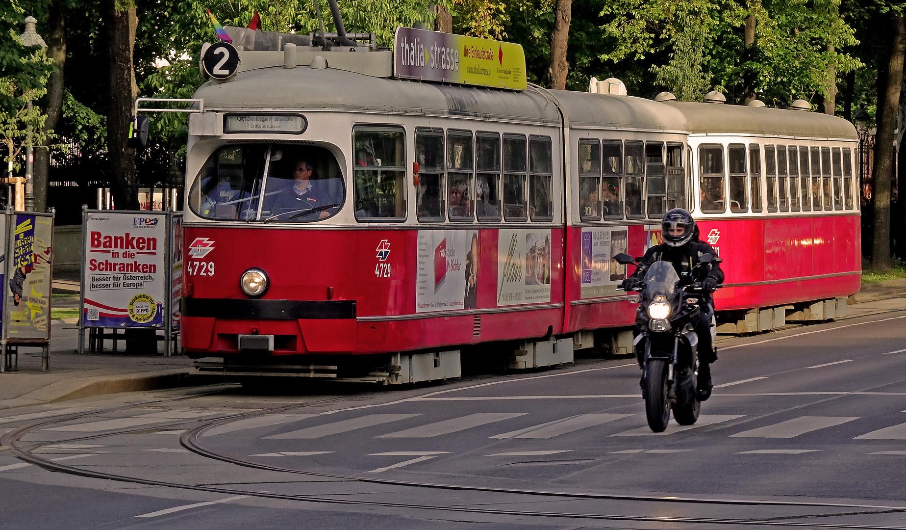 Wien, Straßenbahn der alten Schule mit Beiwagen