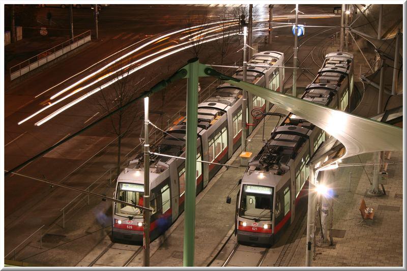 Wiener Strassenbahnen bei Nacht