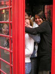 Wieviel Mädels gehen in eine englische Telefonzelle?