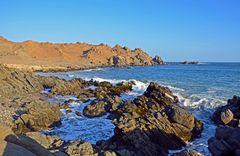 Wilde Küstenlandschaft in der Bucht von Puerto Inka