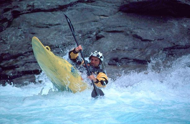 Wildwasserkajaking auf der Verzasca, Schweiz.