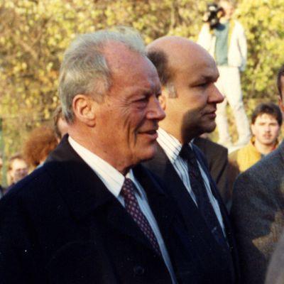 Willy Brandt am 10. Nov. 1989 auf dem Weg zum Brandenburger Tor
