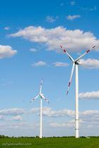 Windkraft am Rande der Autobahn