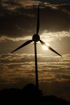 Windkraftrad meets Sonne und Wolken