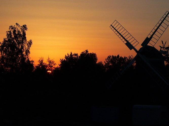 Windmühle im Gegenlicht