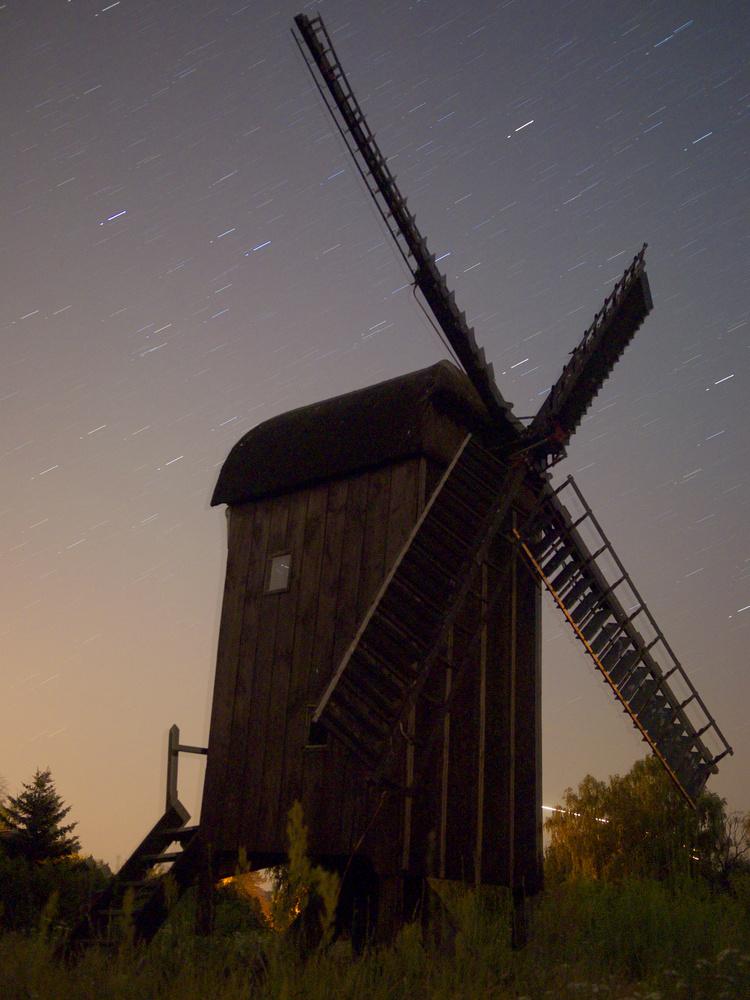 """Windmühle vor """"wandernden"""" Sternen"""