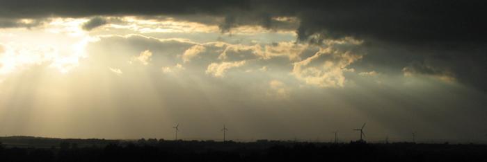 Windmühlen unter Gewitterwolken
