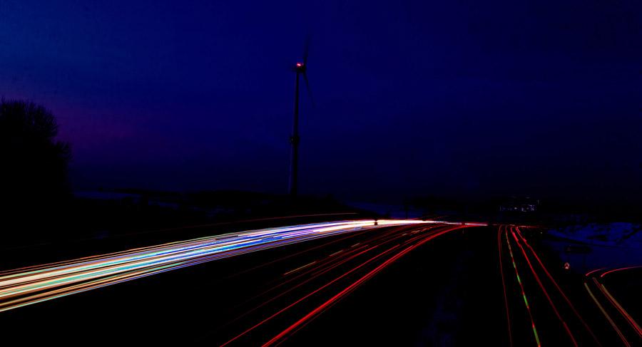 Windrad an der Autobahn