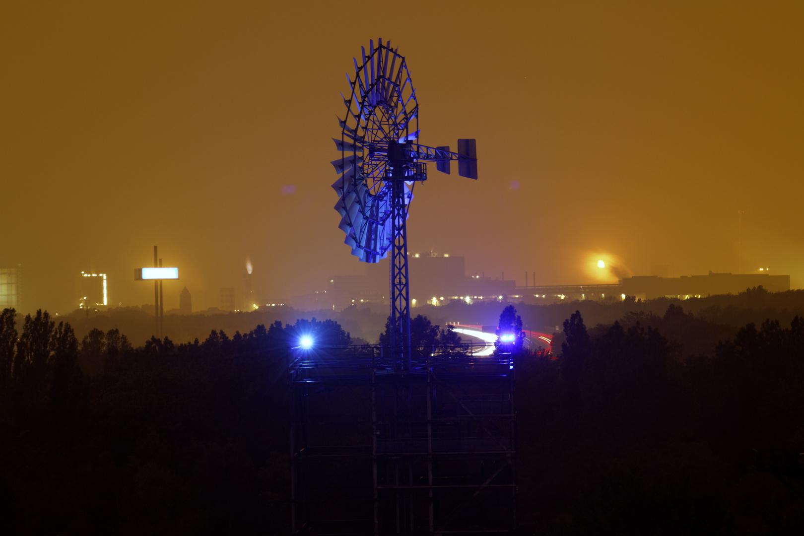 Windrad des Landschaftspark Duisburg bei Nacht