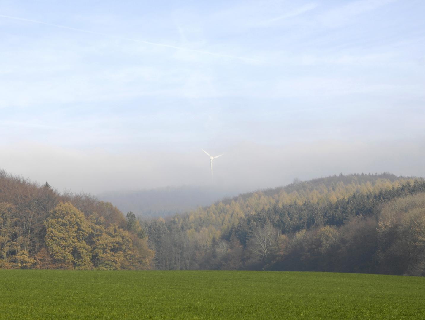 Windrad im Herbstnebel