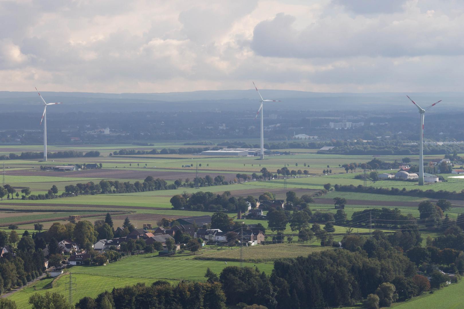 Windräder und Landschaft