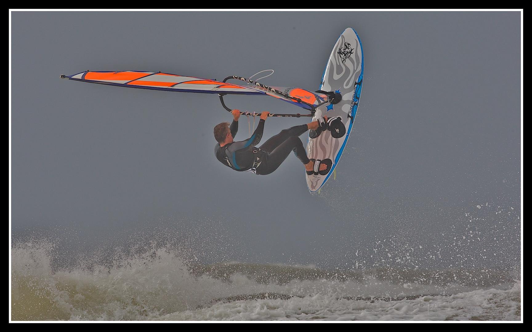 Windsurfer vor der hollaendischen Kueste in Scheveningen