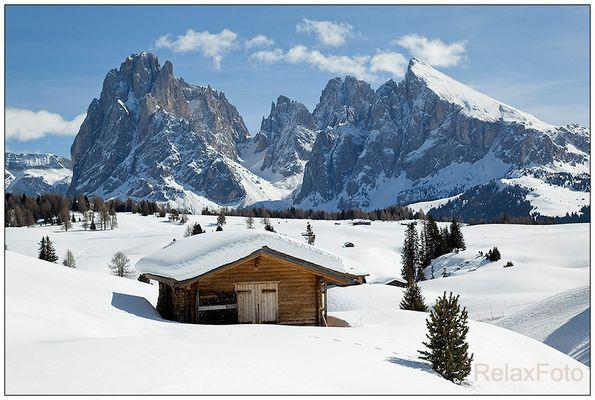 """""""Winter Wonderland"""" - Holzhütte vor Langkofel-Massiv in den verschneiten Dolomiten"""