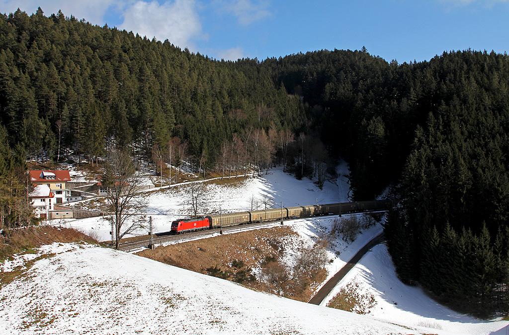 Winterlich: Güterzug auf der Schwarzwaldbahn