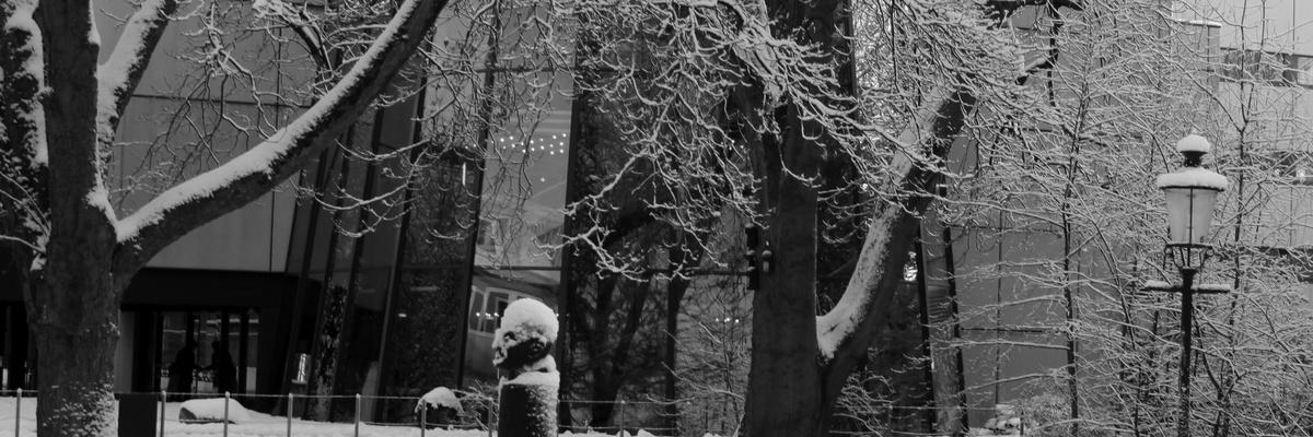 winterliches Oldenburg mit Staatstheater und Carl von Ossietzky Statue
