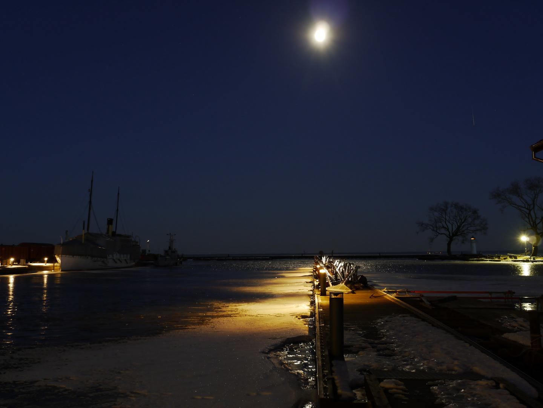 Winternacht bei Vollmond in Hjo