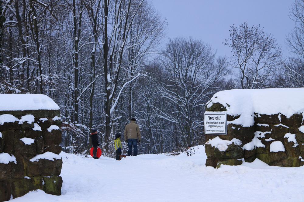 Winterspaziergang Der rote Schlitten