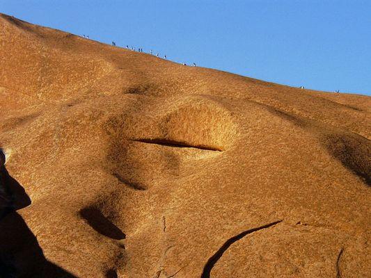 Winzige Menschlein versuchen den großen roten Uluru zu besteigen