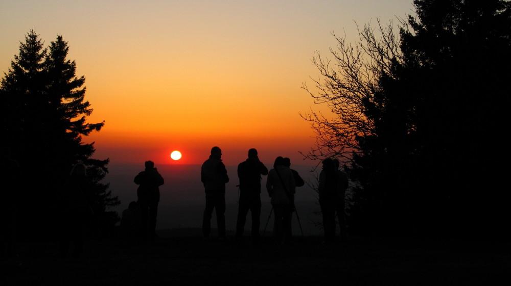 Wir fotografieren den Vulkanasche-Sonnenuntergang ohne Kondensstreifen