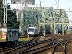 Wirrwar von Schienen, Oberleitungen, Brückenteile