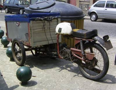 witziges Motorrad in Porto