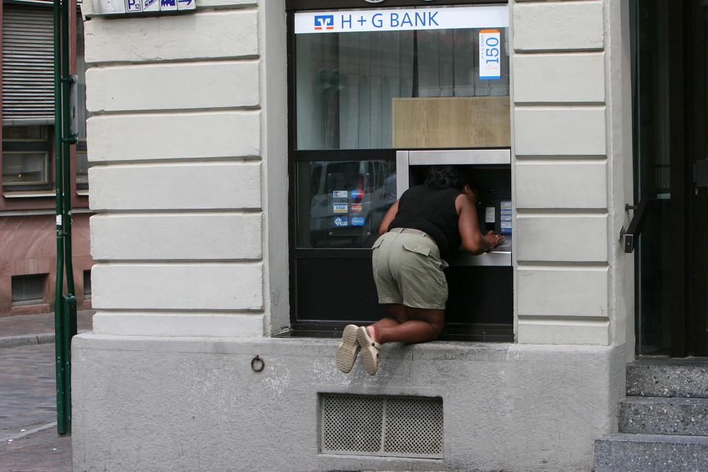 wo kommt das geld heraus