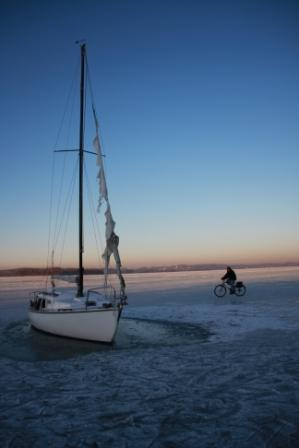 Wörthsee eingefrorenes Boot mit Radler Januar 2009