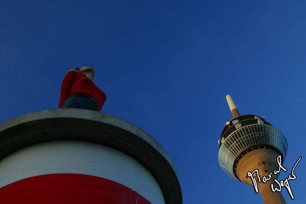 Wohin guckt die Frau? - Rheinturm