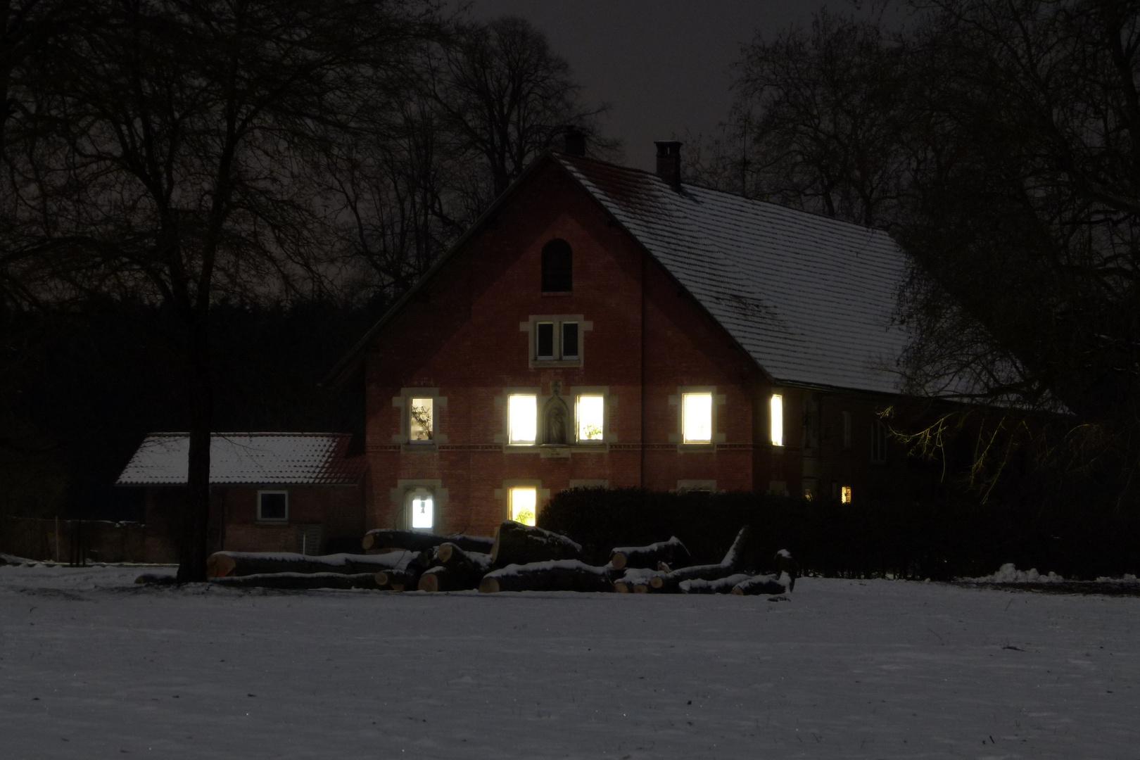 Wohnhaus hell erleuchtet