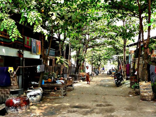 Wohnstraße in einem Vorort von Mandalay