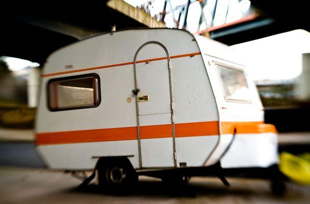 Wohnwagen mit orangefarbenem Streifen