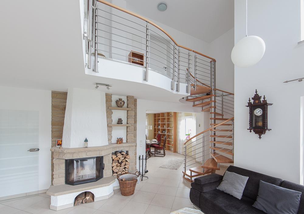 Wohnzimmeransicht mit Spindeltreppe