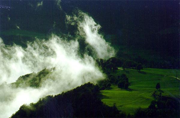 Wolke zieht ins Tal