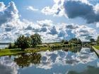 Wolken am Himmel und im Wasser