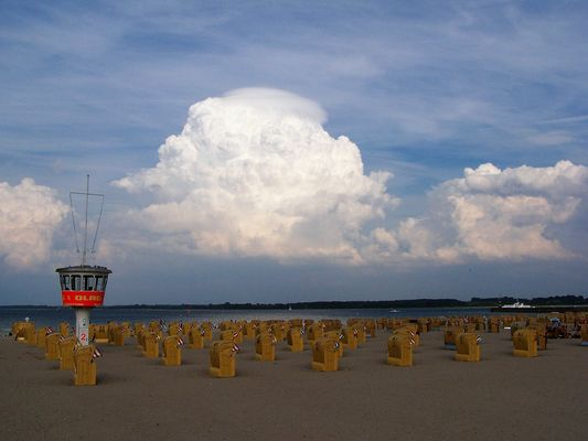 Wolken am Strand von Travemünde