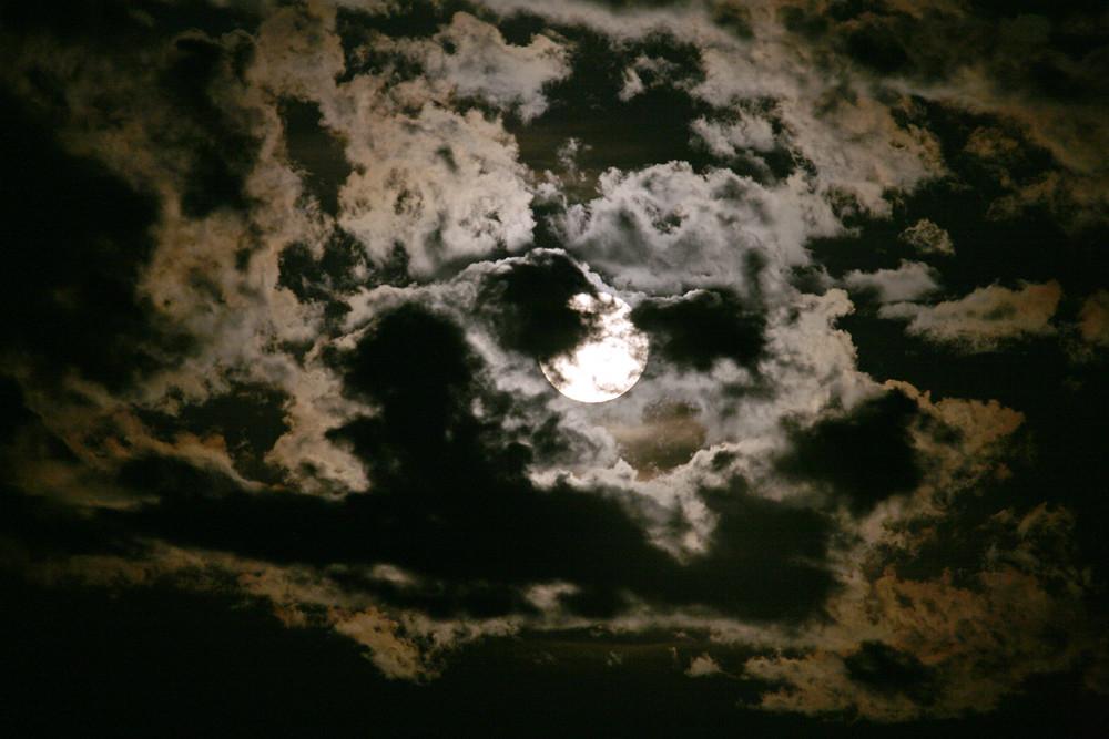 Wolken bei Vollmond -2-
