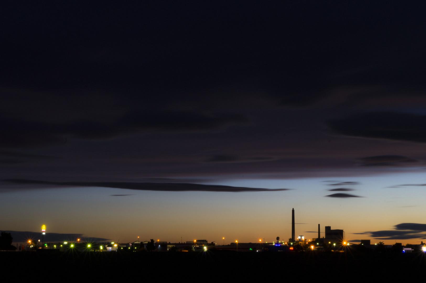 Wolken in der Abenddämmerung und Straßenbeleuchtung