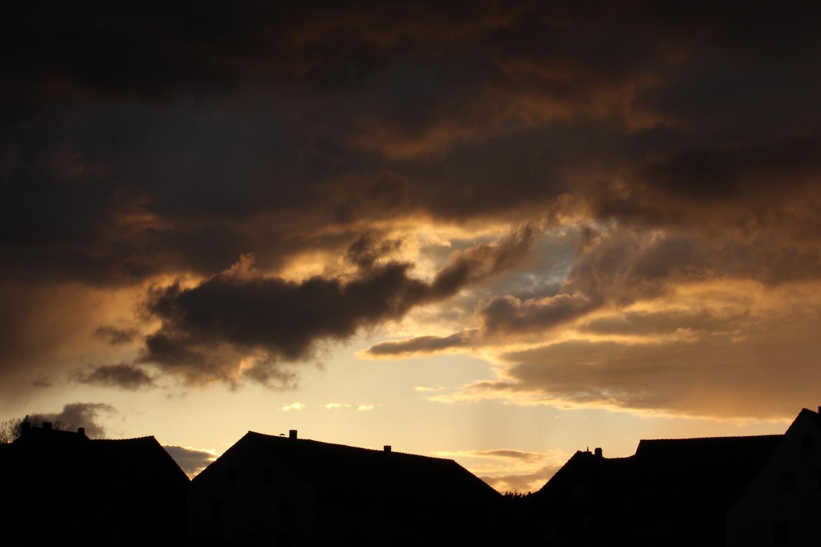 Wolken in der nordhessischen Provinz am Abend