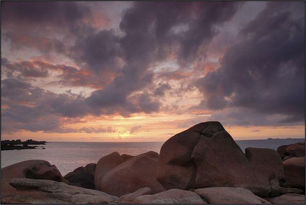 Wolken, Meer und rosa Steine